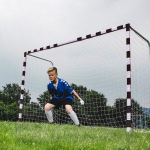 Et super lækkert fodboldmål til haven fra tyske Hudora som er 3 meter bredt og 2 meter højt som stadig står rigtig stabilt på græsset.